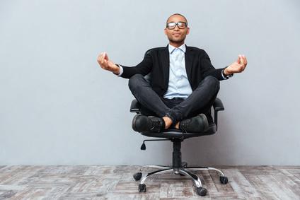 Yoga en entreprise sur chaise